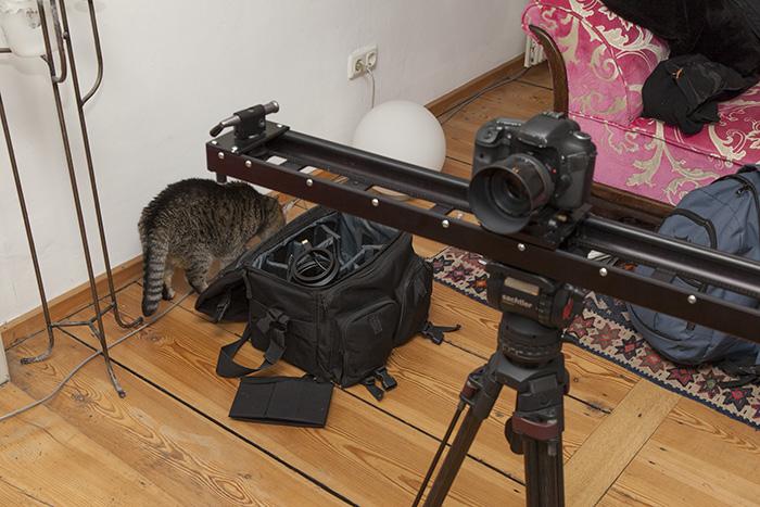 Kaddem untersucht das Equipment. Foto: Erich Weiß