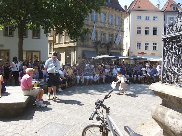 Touristen vor dem Gabelmann. Foto: Erich Weiß