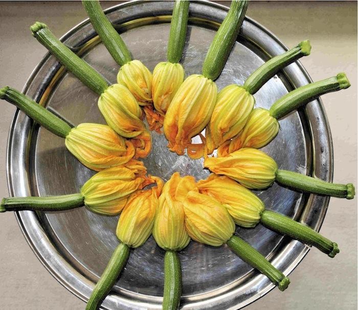 Gefüllte Zucchiniblüten. Foto: Monika Schau
