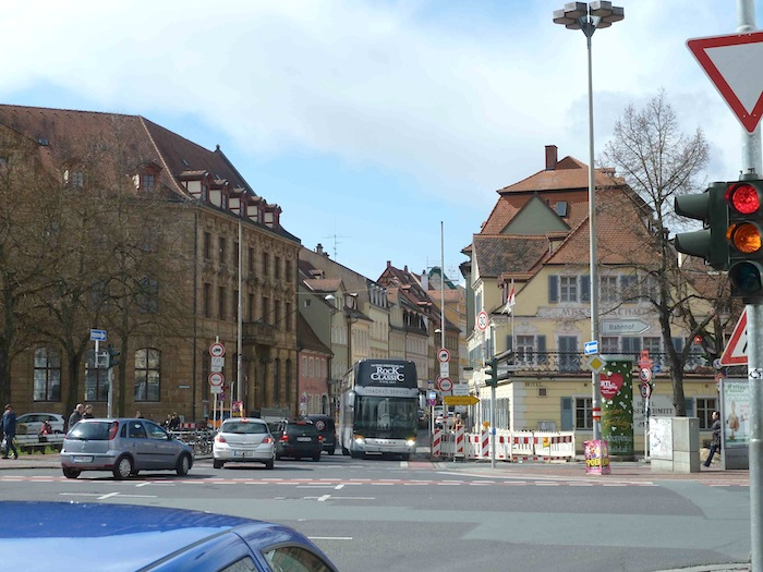 Ein Bus kämpft sich durch die Lange Straße. Foto: Christiane Hartleitner