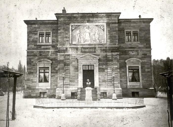 Eine der frühesten Fotografien der Eingangsfront der Villa Wahnfried aus dem Winter 1874/75 mit der noch provisorisch aufgestellten Marmorbüste Ludwigs II. Foto: Richard-Wagner-Museum Bayreuth