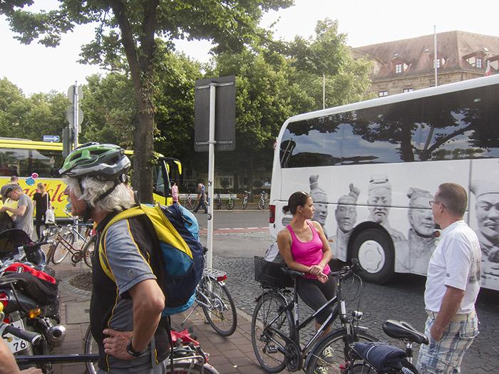 Radfahrer und Busfahrer. Foto: Erich Weiß