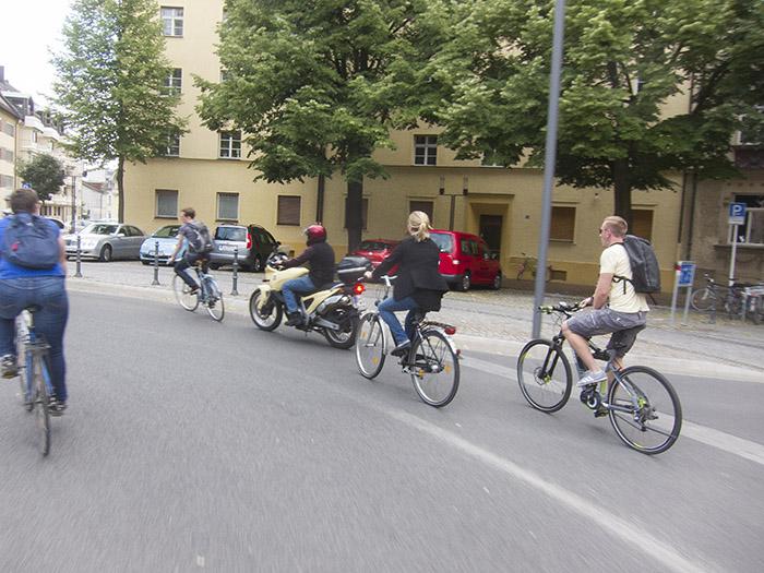 Radfahrer und Motorradfahrer. Foto: Erich Weiß