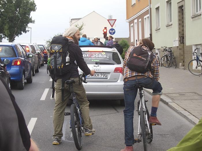 In der Schwarzenbergstr. hat sich ein PKW in die critical mass gedrängelt. Foto: Erich Weiß