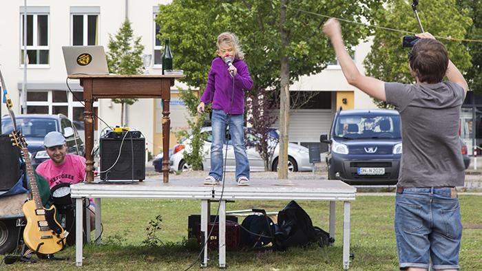 Die kleine Kätzling erobert die Bühne vom Täubling. Foto: Erich Weiß