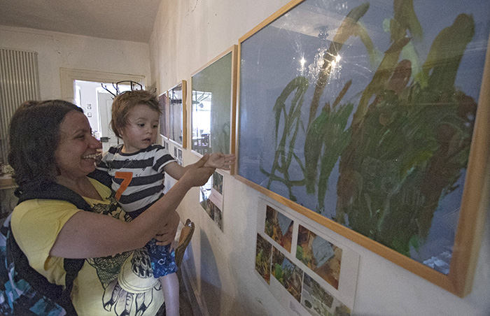 Am Sonntag, 5. Juli 2015, ist die Ausstellung der Kinderkrippe Hainwichtel in den Räumen des Backstübla (Obere Sandstraße 31) eröffnet worden. Bis Oktober hängen dort Bilder, welche die Kinder im vergangenen Krippenjahr geschaffen haben. Foto: Stephan Großmann