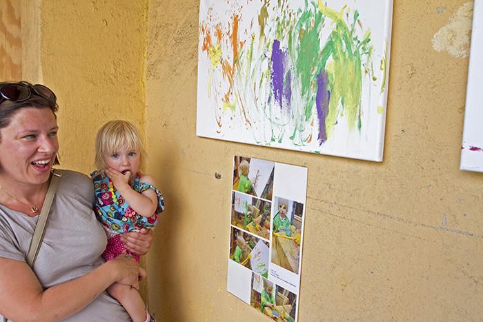 Am Sonntag, 5. Juli 2015, ist die Ausstellung der Kinderkrippe Hainwichtel in den Räumen des Backstübla (Obere Sandstraße 31) eröffnet worden. Bis Oktober hängen dort Bilder, welche die Kinder im vergangenen Krippenjahr geschaffen haben. Stephan Großmann