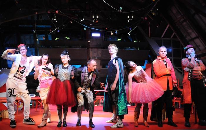 Szenenbild mit dem kompletten Ensemble. Foto: Regina Fettköther