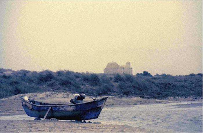 Fischer bei der Vorbereitung zum Auslaufen. Im Hintergrund die Moschee von Bait al Faqih