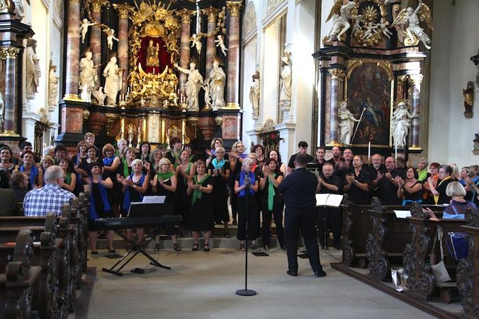 Der Frauenchor MaaBella und der gemischte Chor Coloured Voices.