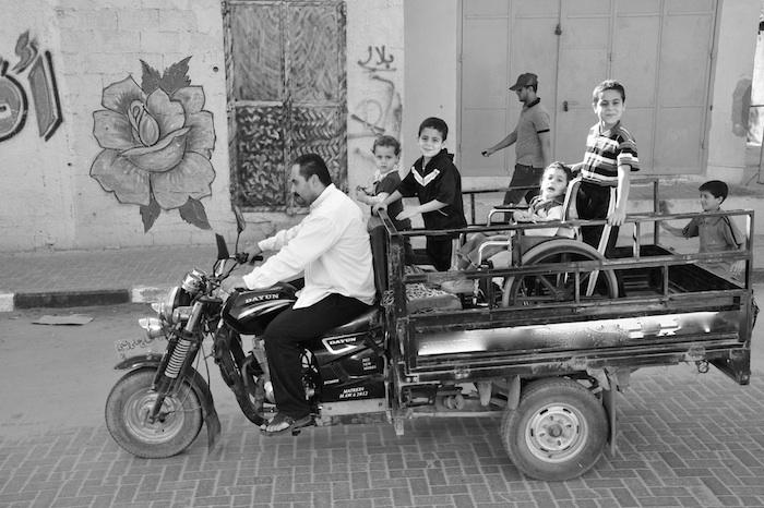 Gaza 2013: Familienausflug bei den Al Batrans. Nour sitzt in seinem Rollstuhl auf der Plattform des Tuctuc wie ein König. Foto: Till Mayer