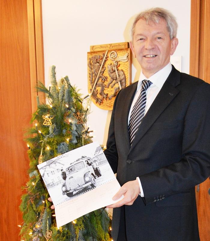 "Landrat Johann Kalb mit dem Kalender ""Vergessenes Erbe. 120 Jahre Fotografien vom Bamberger Land"". Foto: Landratsamt Bamberg"