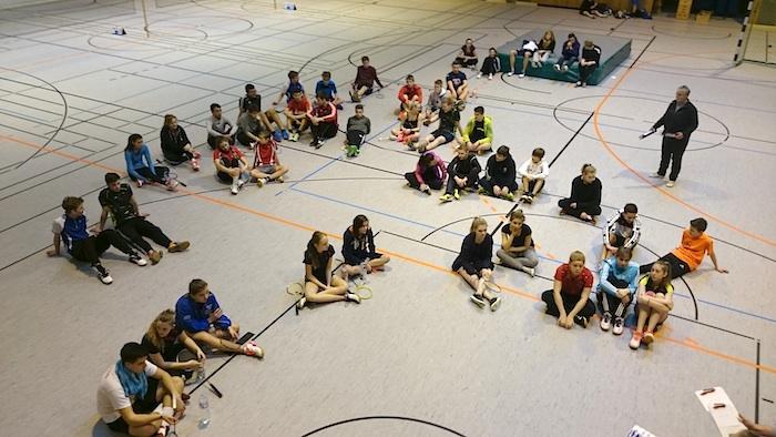 Eine kurze Zeit der Ruhe zu Beginn jeden Turniertages wenn die ersten Spielpaarungen bekannt gegeben werden.