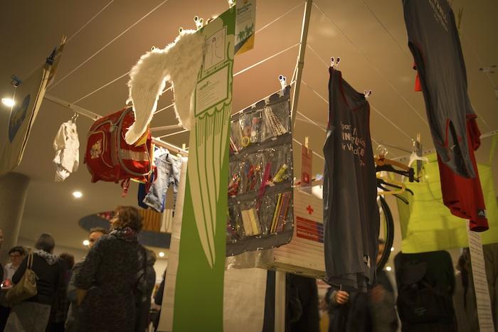 An der Wäschespinne hängen Utensilien, die in der täglichen Integrationsarbeit gebraucht werden. Sie symbolisiert das Netzwerk der Helfer. Foto: groart.de