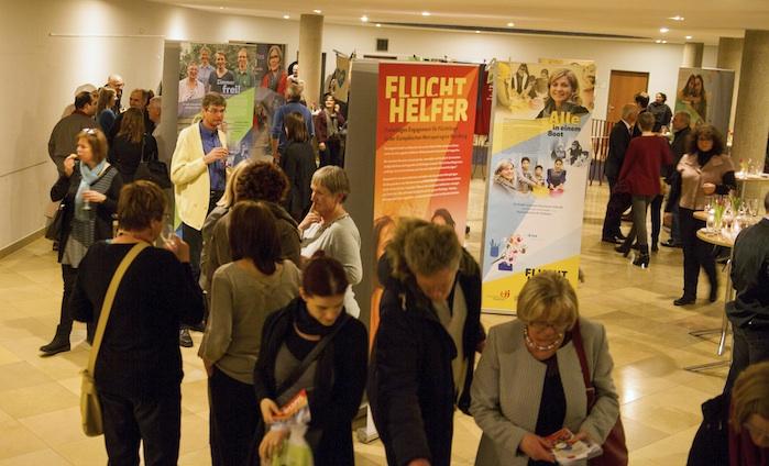 """Viele Besucher sind am Dienstag, 17 Uhr, ins Nürnberger Rathaus gekommen, um sich die Eröffnung der Wanderausstellung """"Fluchthelfer"""" anzuschauen. Foto: groart.de"""