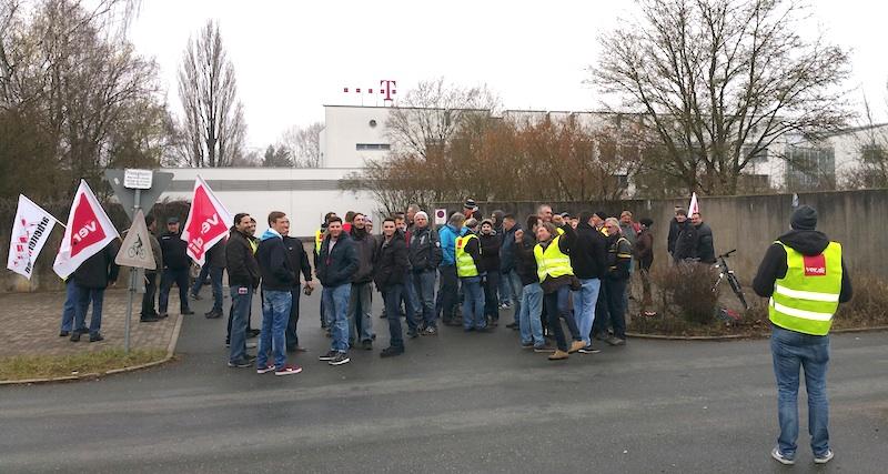 Streikende bei der Kundgebung in der Bamberger Gartenstadt. Foto: ver.di