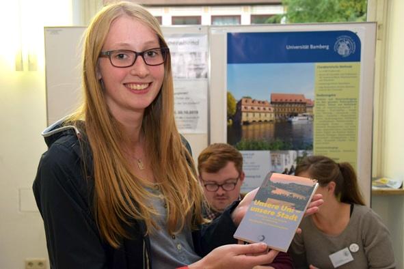 Das druckfrische Buch aus der Ersti-Tasche erfreut die neuen Studierenden. Foto: Monica Fröhlich