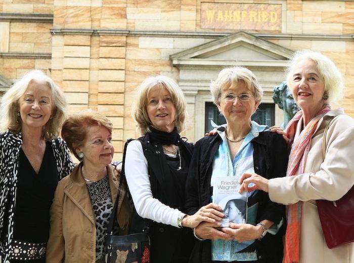 Wagner-Urenkelin Dagny Beidler aus Winterthur (2. von links) und Eva Rieger aus Liechtenstein (2. von rechts) kommen auf Einladung des Wagnerverbands am 5. April nach Bamberg und sprechen über Malwida von Meysenbug. Unser Foto zeigt insgesamt vier Wagner-Urenkelinnen im Sommer 2012 bei der Buch-Präsentation von Eva Riegers Biografie über deren Tante Friedelind vor dem Haus Wahnfried (von links): Daphne Wagner, Dagny Beidler, Nike Wagner, Eva Rieger und die 2014 verstorbene Iris Wagner. Foto: Karlheinz Beer