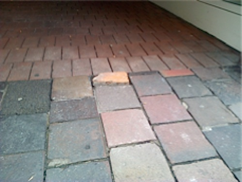 Fehlende Bürgersteigplatte, ersetzt durch einen zu hohen Backstein. Foto: A.R.G.E.