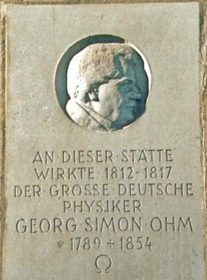 """Gedenktafel im Gebäude """"An der Universität 7"""" (U7) der Universität Bamberg"""