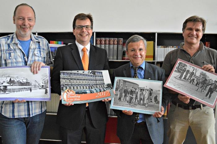 Präsentieren den neuen Kalender (v.l.): Stefan Mähringer (Layout), Bürgermeister Dr. Christian Lange, Stadtarchivleiter Horst Gehringer und Jürgen Schraudner (Bildzusammenstellung).Foto: Stadt Bamberg