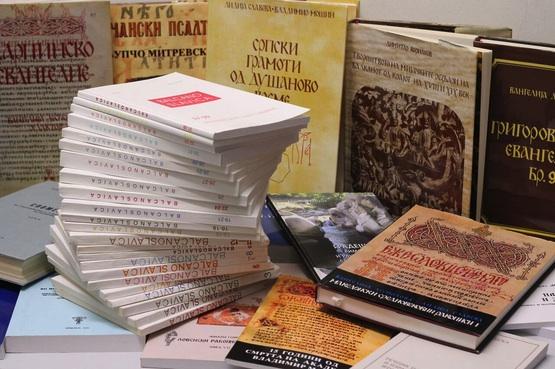 Die Universitätsbibliothek Bamberg darf diese makedonischen Publikationen ihr Eigen nennen. Foto: Carolin Cholotta/Lehrstuhl für Slavische Sprachwissenschaft, Universität Bamberg
