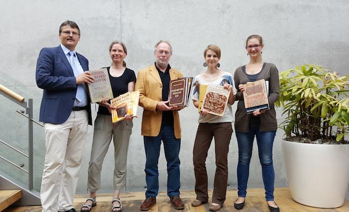 Die Universitätsbibliothek Bamberg freut sich über ein Buchgeschenk der Universität Bitola aus Makedonien. Foto: Carolin Cholotta / Lehrstuhl für Slavische Sprachwissenschaft, Universität Bamberg