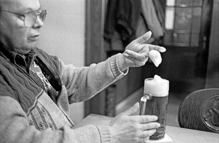 """Bierschaumprüfung durch einen Praktiker. Foto: Erich Weiß in """"Drei Schoppen - zwa Seidla - a U - Bierstadt Bamberg"""""""