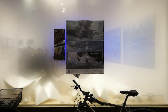 """Blick durch das Schaufenster zur Ausstellung """"Himmel Hölle"""". Foto: Erich Weiß"""