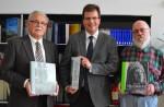 """Prof. Dr. Wilfried Krings (Text – links) und Werner Kohn (Fotos – rechts im Bild) zeichnen für den voluminösen Doppelband """"Hainblicke"""" verantwortlich, dazwischen Bürgermeister Dr. Christian Lange"""