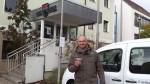 2. Vorsitzender Wolfgang Hofmann (Ökobil e.V.) vor dem Fahrzeug und dem Stellplatz in Stegaurach am Rathaus.