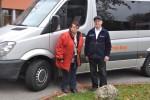 Vor dem Bus: Ulrike Kasparek und Bernhard Först.