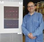 Frank Licht mit seinem Werk. Foto: Erich Weiß