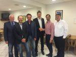 Stellvertretender FDP-Landesvorsitzender Sebastian Körber (2. von rechts) gratuliert FDP-Kreisvorsitzendem Jobst Giehler (3. von rechts) zur Wiederwahl. Von links: Die stellvertretenden FDP-Kreisvorsitzenden Dr. Liebhard Löffler, Christoph Brandt, Werner Schauer und rechts Schriftführer Stefan Wolf.