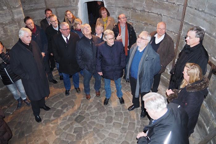 Die Stadträte mit Bürgermeister Wolfgang Metzner (5.v.l.) und Nina Schipkowski (2.v.r.) waren unter anderem vom Keller, in dem Eis eingebracht wurde, beeindruckt. Foto: Pressestelle/Gerhard Beck