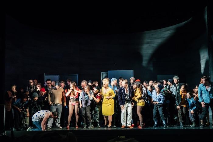 Ensembleszene mit Roman Payer als Peter Grimes (ganz rechts) Foto: Sebastian Buff